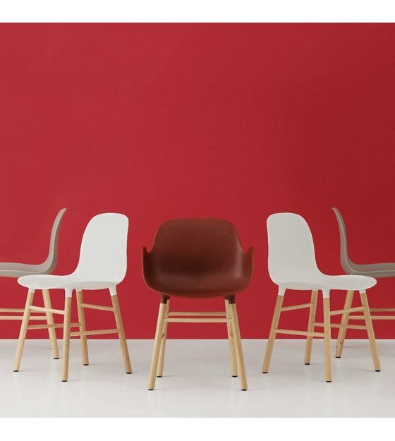 normann copenhagen stuhl form in rot eichenholz und. Black Bedroom Furniture Sets. Home Design Ideas