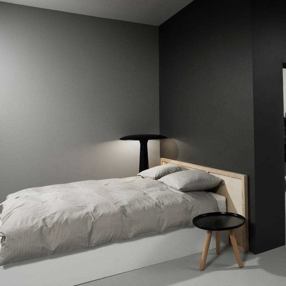 normann copenhagen tisch tablo in wei kunststoff mit wei en eschenholz beinen 50cm. Black Bedroom Furniture Sets. Home Design Ideas