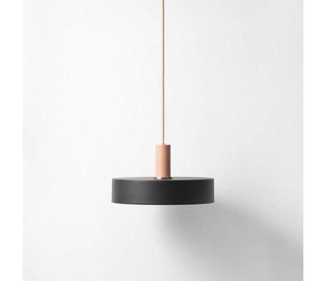 Ferm Living Tome bajo la lámpara colgante negro de metal de color rosa