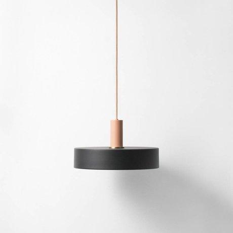 Ferm Living Prenez la lampe à faible pendaison noir métal rose