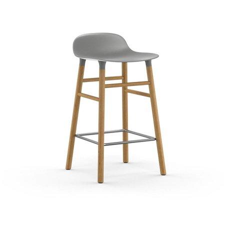 Normann Copenhagen Sgabello forma plastica grigia legno di quercia 77x40,8x42,2cm