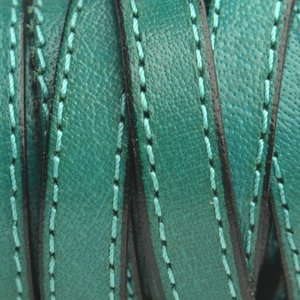 Groen Plat Italian leer Smaragd groen met stiksel 10x2mm - prijs per cm