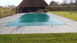 Zwembad afdekzeil of net op maat gemaakt nettenshop - Zwembad betegeld grijs ...