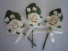 Embellishments / Verzierungen 3 mini rose buketter med hvide bånd.