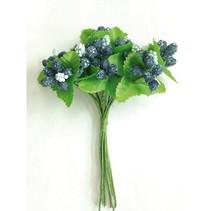 Rosas de papel, bayas azul.