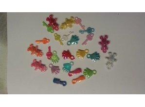 Embellishments / Verzierungen 25 akryl vedhæng, tema baby i forskellige farver