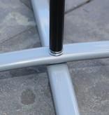 Base de pé cruzado cinza