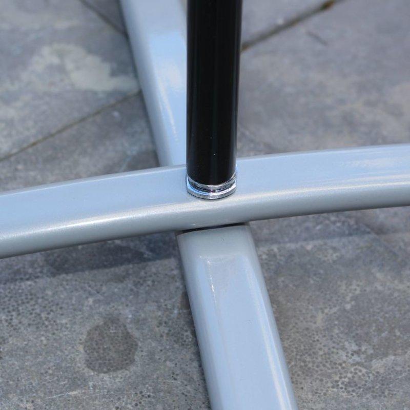 Base a croce grigio con sacca d'acqua grigio