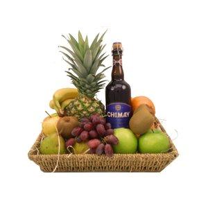 Fruitmand met grote fles bier