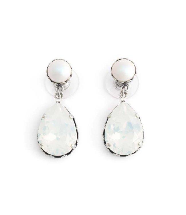 Krikor Witte oorbellen met white opal en iriserende parel