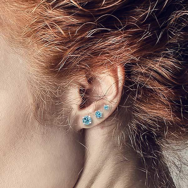 Drie maten licht blauwe kristal oorknopjes van Krikor gecombineerd