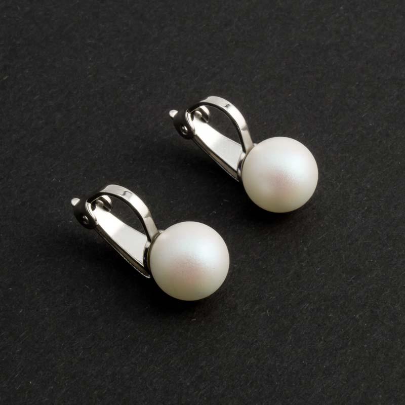Mat witte parel oorclips in de kleur Perlescent white van Krikor