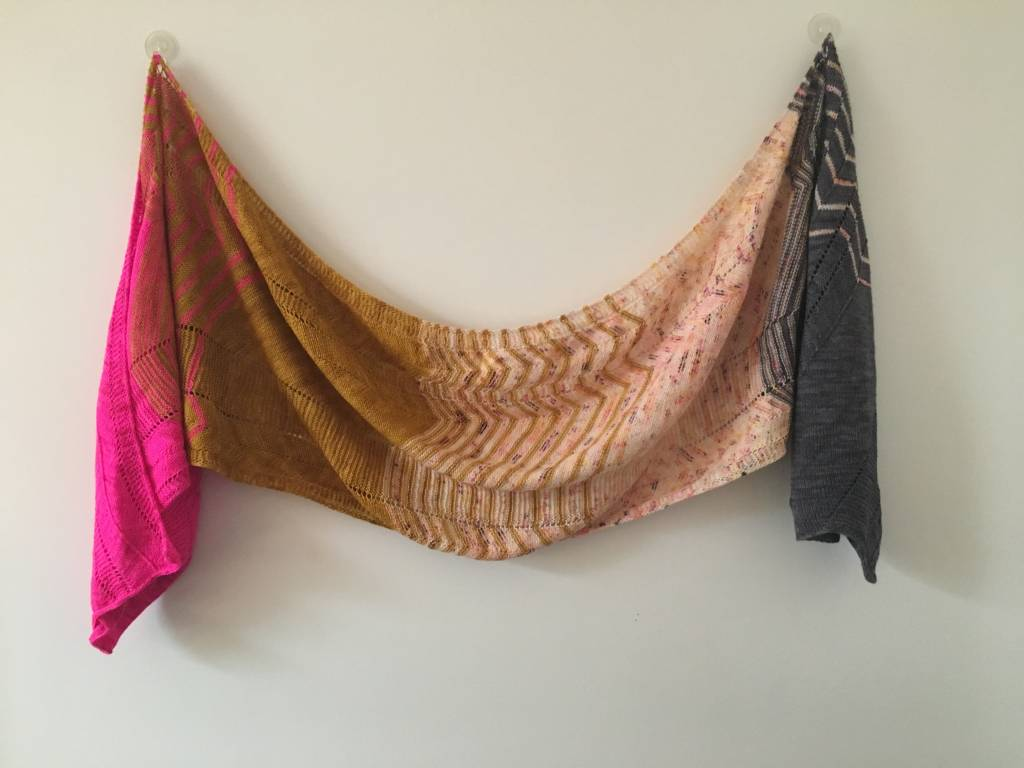 Shockwaves - ein wunderschöner Wrap aus dem Hedgehog Sock Yarn