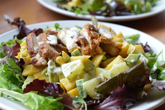 Avocado-,kip-,mangosalade met limoen- basilicumdressing