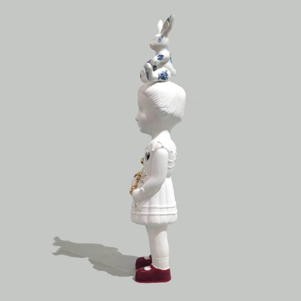 Pop met wit konijn