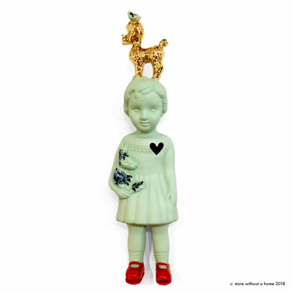 Groene pop met poedel van Lammers en Lammers
