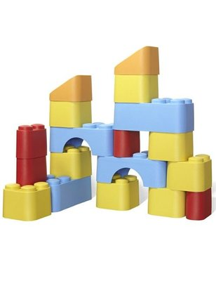 "Green toys Building blocks of ""Green Toys"", made ​​from recycled milk containers."