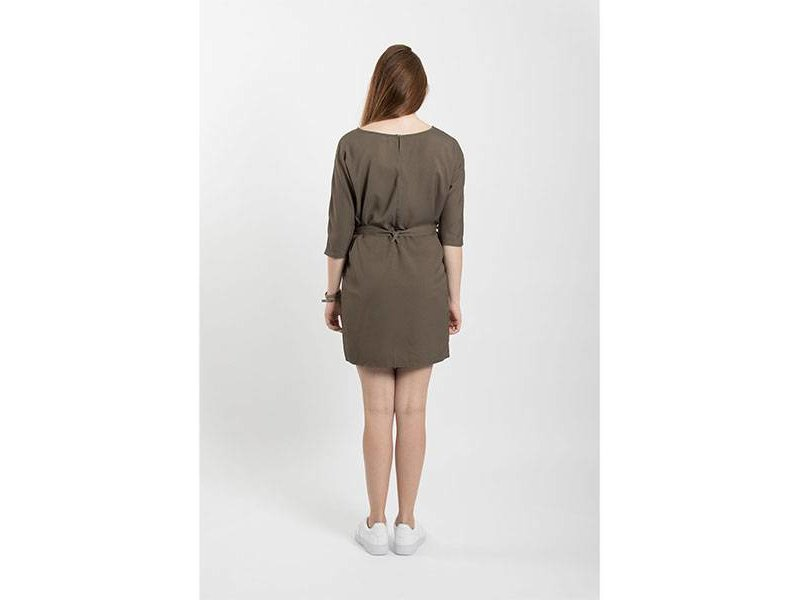 Zusss Sjiek jurkje met ceintuur leemgroen - M/L