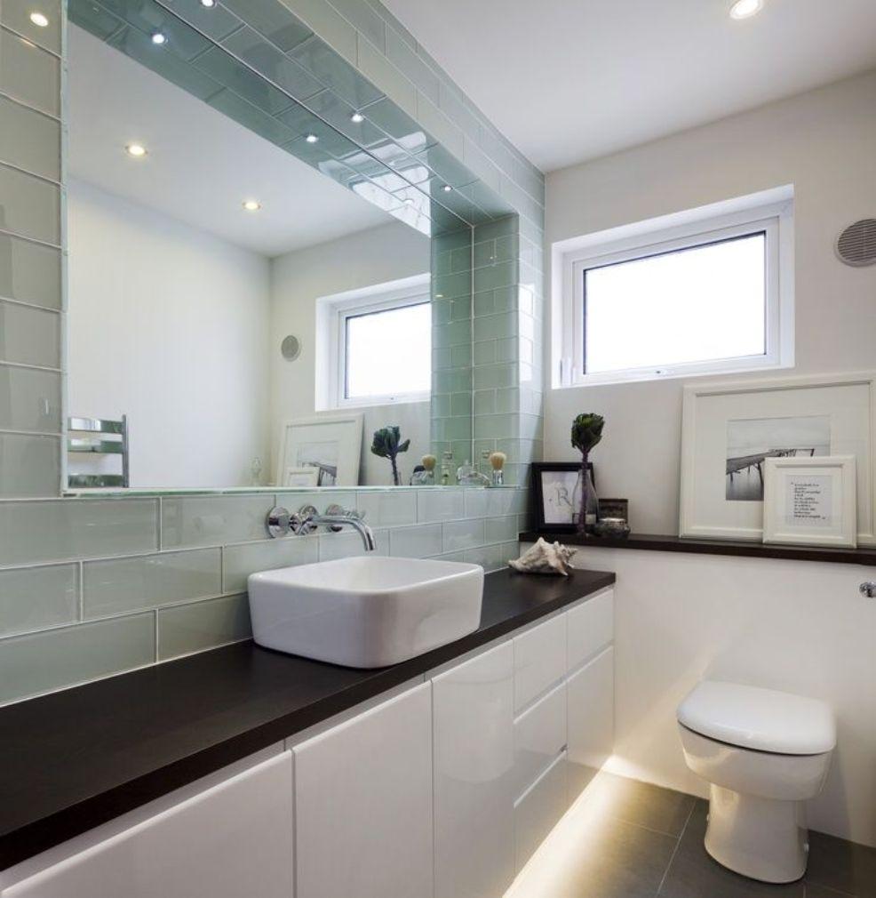 Grote-spiegel-maakt-kleine-ruimte-groter-Kunstspiegel-badkamerspiegel