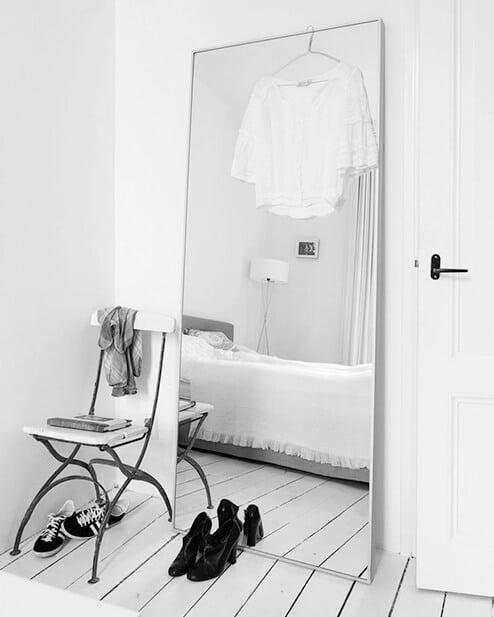 Grote-spiegel-maakt-kleine-ruimte-groter-Kunstspiegel-slaapkamerspiegel