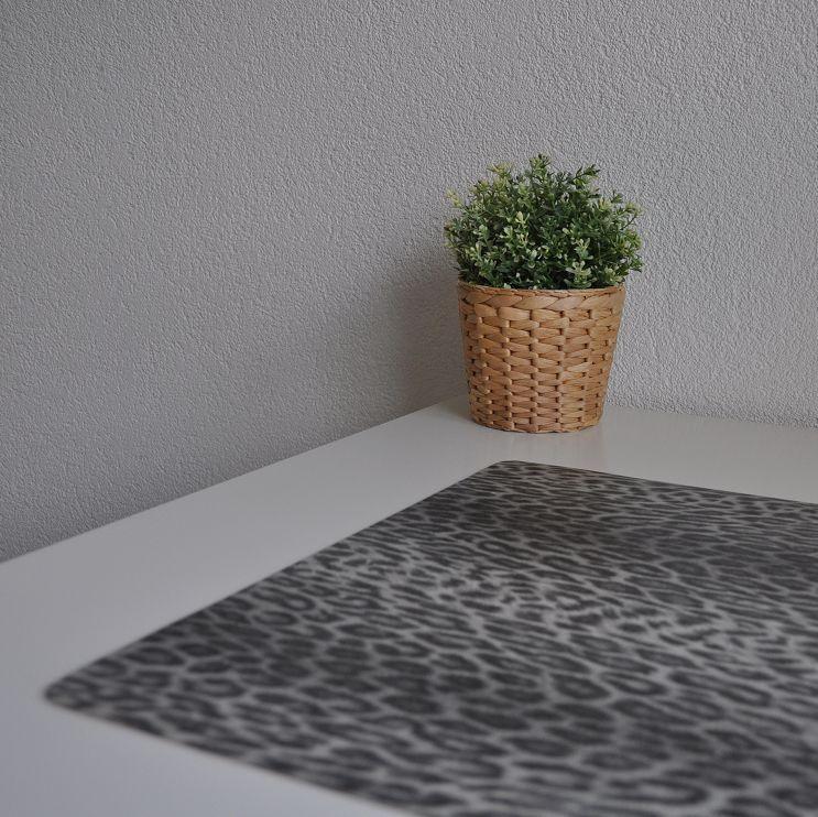 Bureau onderlegger panter luipaard diernprint grijs taupe zwart hippe kinderkamers - Kinderkamer taupe ...