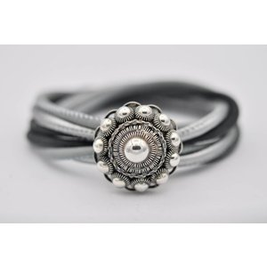 Leren armband met zilveren Zeeuwse knop van 26 mm.