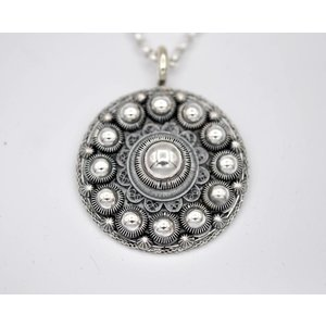 Goese knop 40 mm inclusief collier 100 cm.