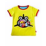 camiseta amarillo ácido con print de tiburón y juguete