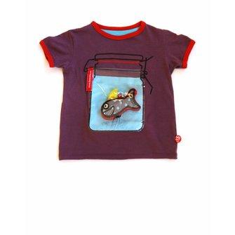 Camiseta morado con frasco y tiburón
