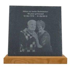 Leisteen met houten standaard, 25x25cm