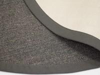 Prachtig rond sisal vloerkleed in het antraciet met bijpassende band