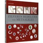 Zilveren bedeltjes van metaalklei (Sue Heaser)