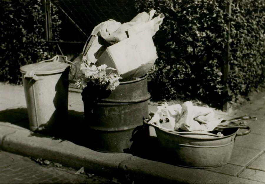 Vroeger deed men afval in houten kistjes, dozen, jute zakken of gewoon los op straat