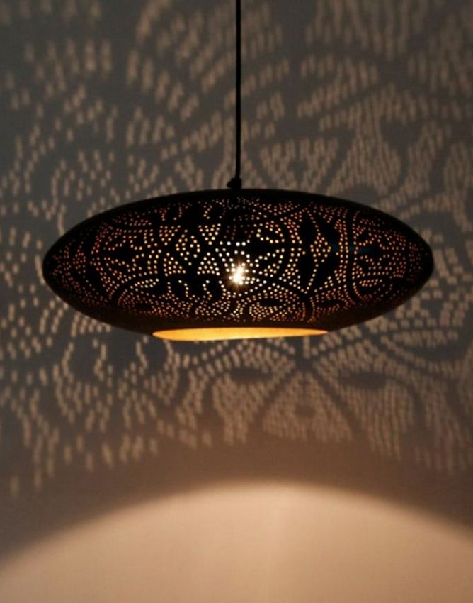filigrain hanglamp in mat zwart met blad gouden binnenkant de