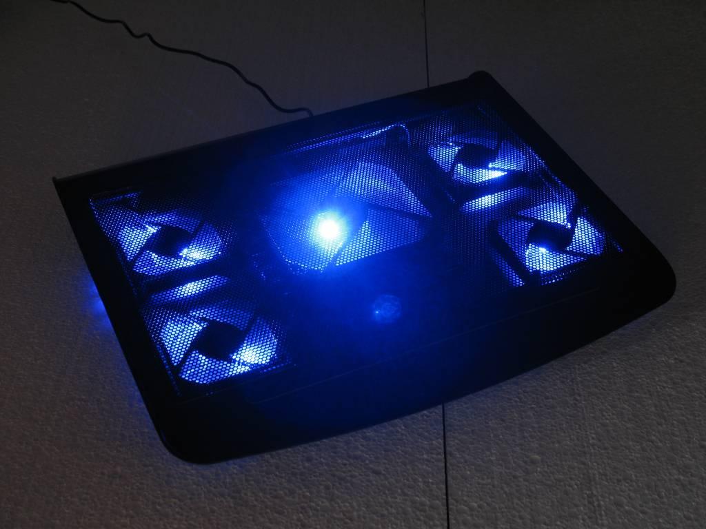 laptop koeler met 5 fans en blauw led licht groothandel xl groothandel xl. Black Bedroom Furniture Sets. Home Design Ideas