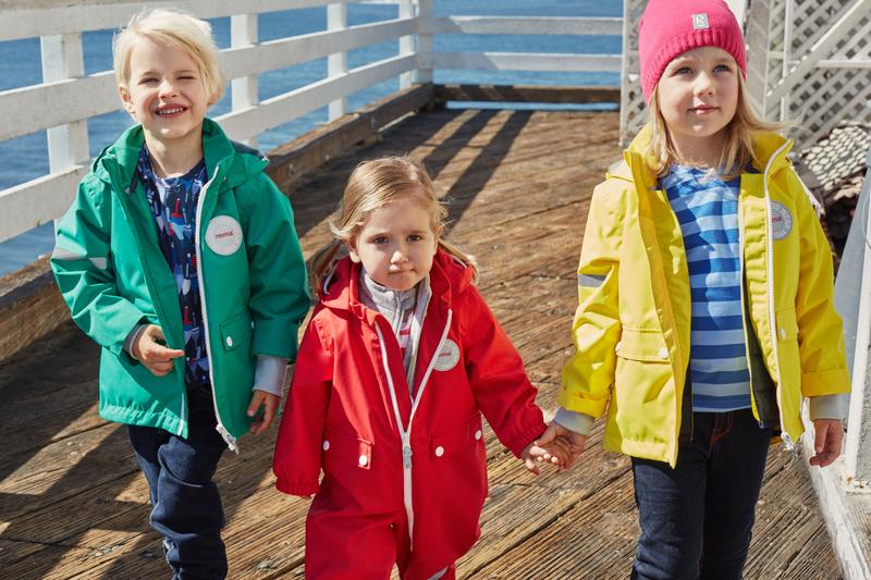 Mädchen in Outdoor-Kleidung