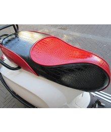 Zwart/Rood Croco buddyseat voor Vespa Primavera en Sprint