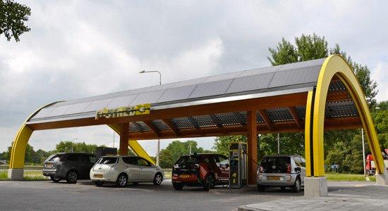 Steeds meer laadstations naast de snelweg