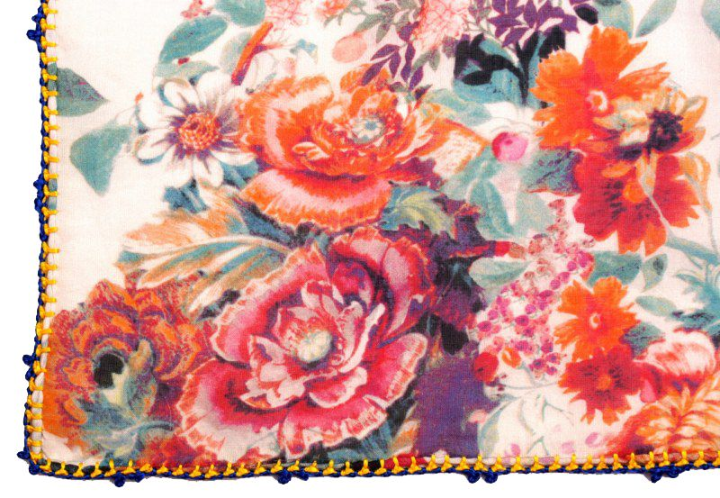 Léo Atlante Écharpe en laine brodée main - Blanc avec fleurs