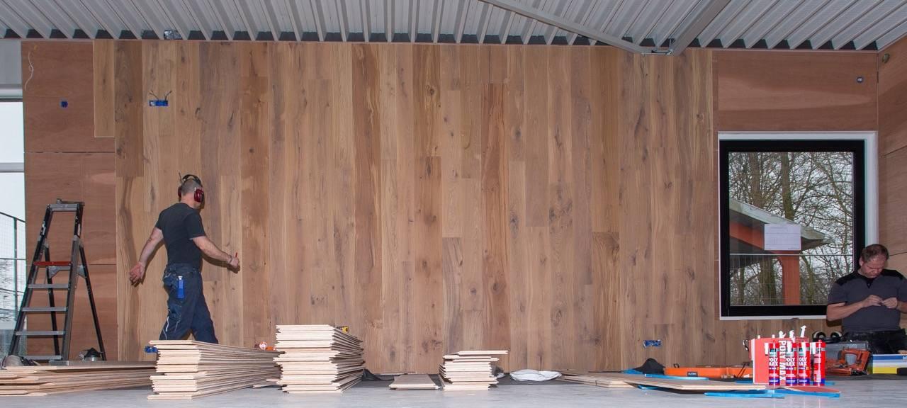 2 wanden bekleden met eiken houten delen in de nieuwe kantine van FC Driebergen (6)