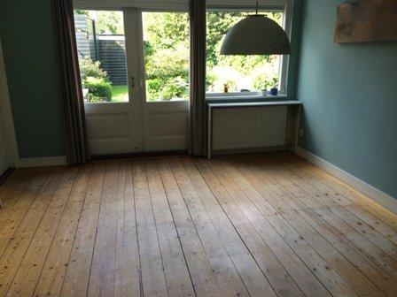 Projecten bestaande vergeelde grenen vloer van achterkamer
