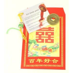 Rood Chinees gelukzakje met een Chinees gelukspoppetje, muntje en uitlegje