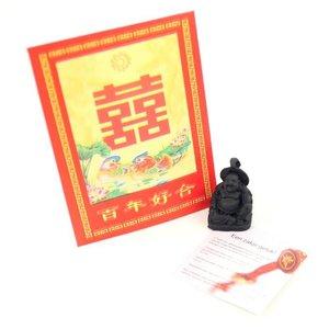 Rood Chinees gelukszakje met een klein boeddhabeeldje