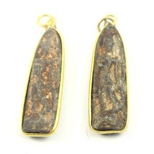 Zandsteen amulet in koperkleurige houder