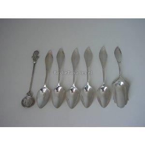 Vijf zilveren theelepels met suikerschep, ca. 1930 en een muntlepeltje