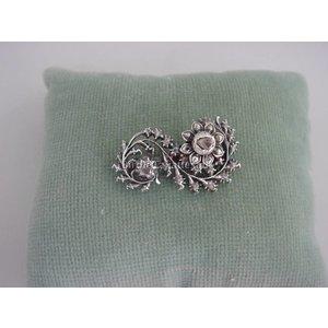 Zilveren veerbroche bezet met roosdiamanten