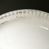 witte schaal keramiek met bewerkte noppen rand