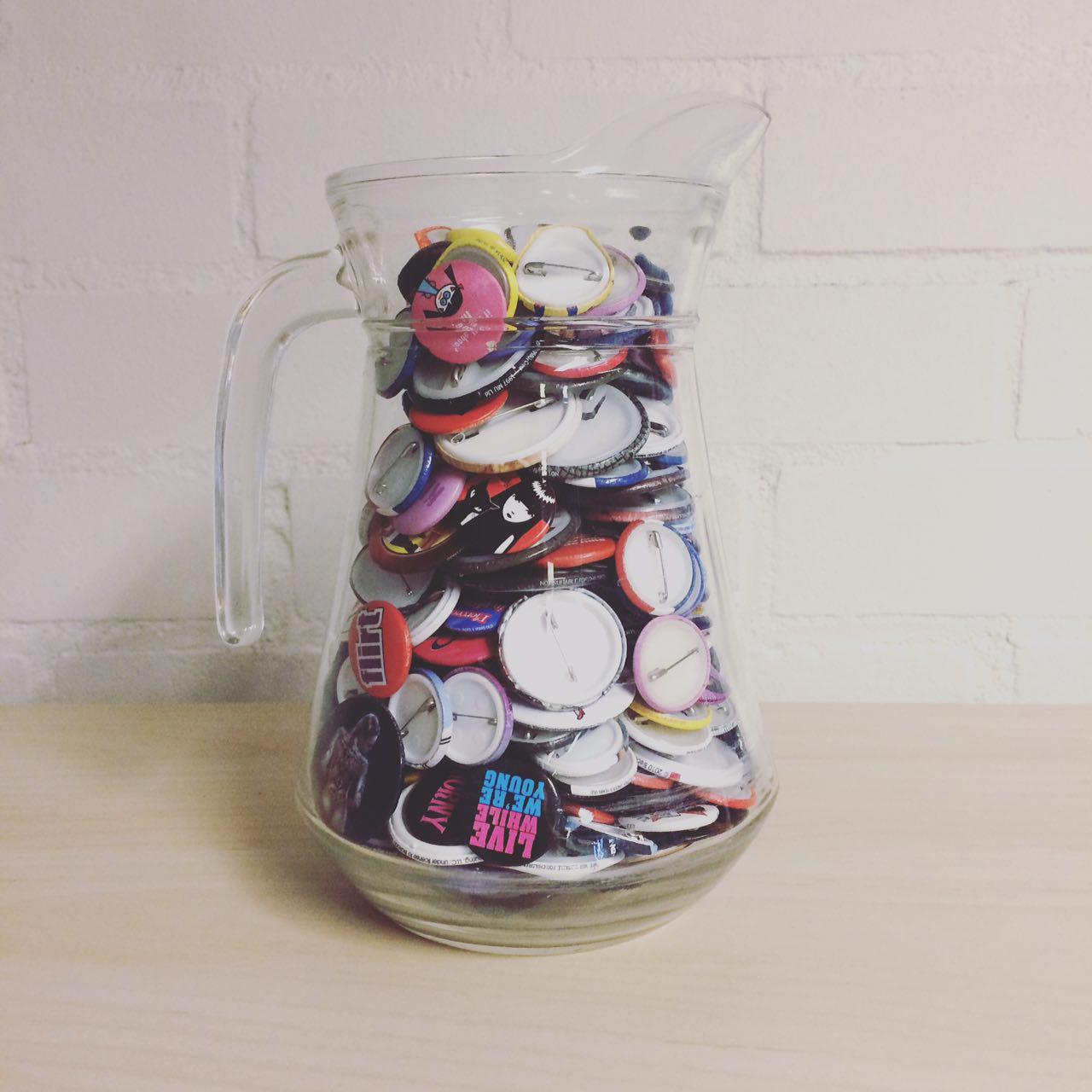 Glazen vaas met buttons