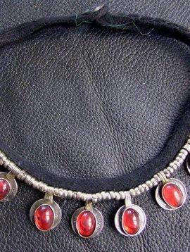 Tribalkette mit roten Steinen