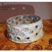 Witte ronde schaal met gaatjes van keramiek